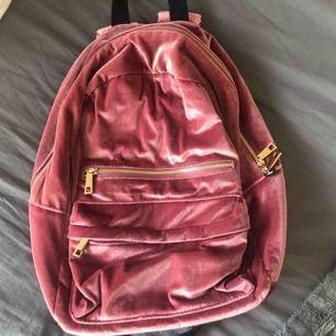 Superfin ryggsäck, bortsett från det stora facket även 3 mindre och 2 fickor. Köpt för ksk 2 år sedan, en fläck på insidan men inget som syns utvändigt!! Frakt ingår🤩✨