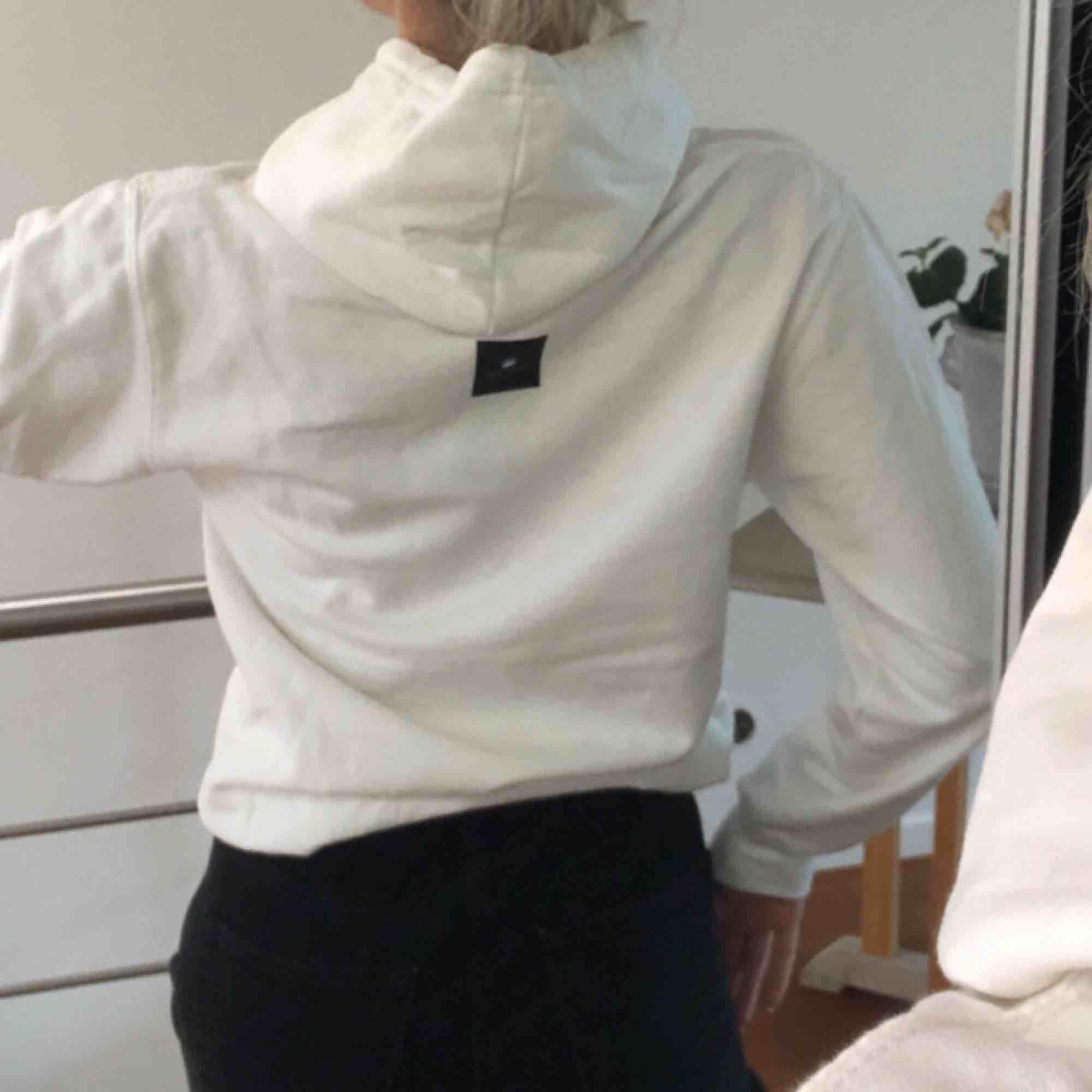Väldigt snygg hoodie med väldigt ballt tryck från The Cool Elephant. Nyskick, den är aldrig använd. Extremt skön och mysig.  Frakt ingår i priser och vill ha betalning via swish☺️. Huvtröjor & Träningströjor.