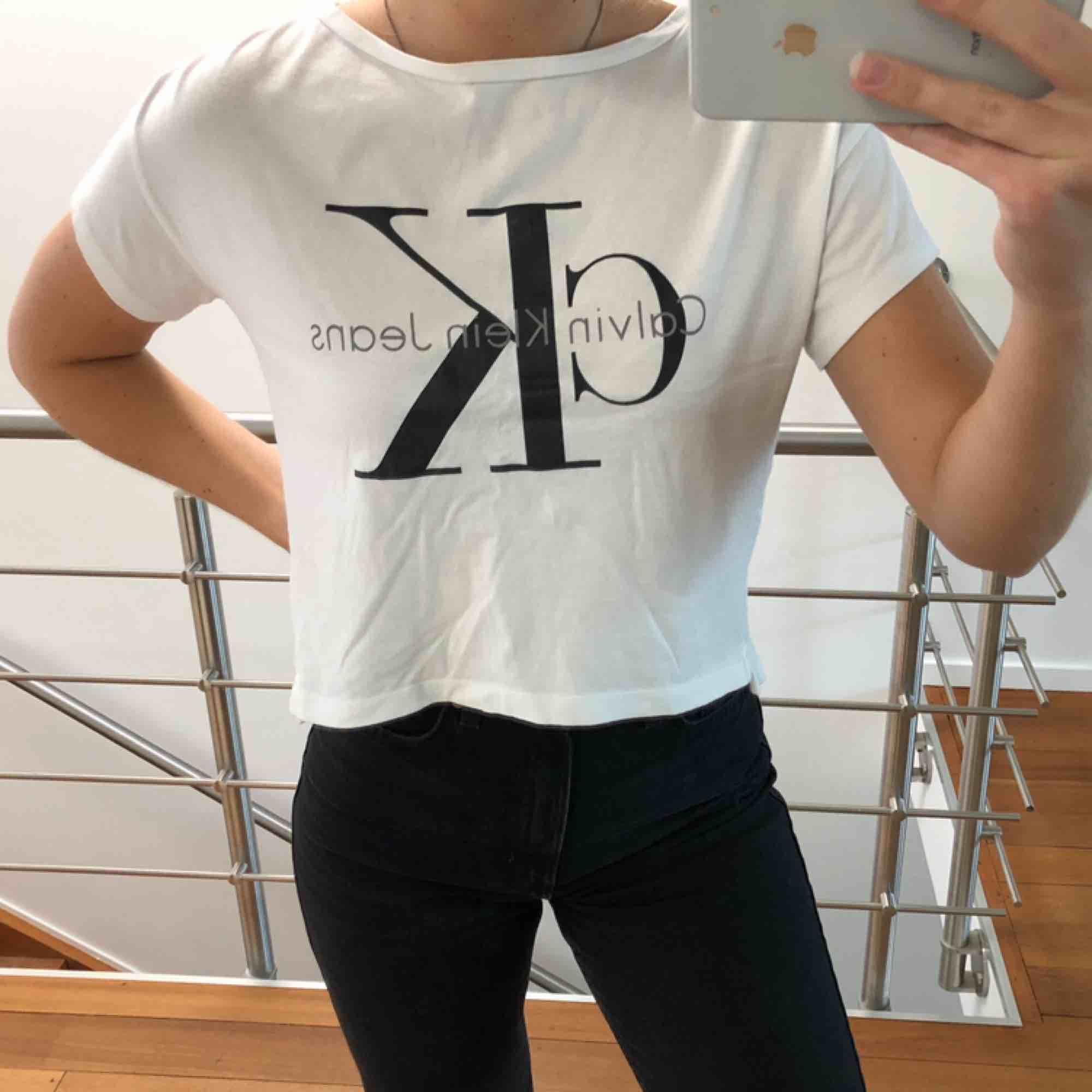 Snygg oversized t-shirt från Calvin Klein. Använd ett fåtal gånger, så i fint skick. Frakt ingår i priset☺️ Betalning sker via swish!. T-shirts.