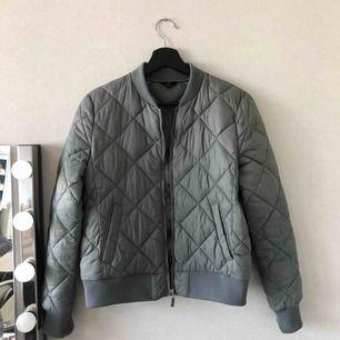 Grön/grå täckjacka från Åhléns, väldigt sparsamt använd🌟