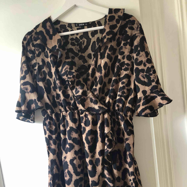 Riktigt fräsig Leopardklänning. Klänningar.
