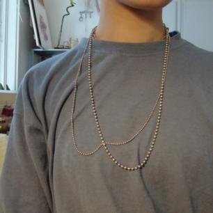 Säljer denna jättefina dubbelkedjan från hultqvist, i silver. Säljer då jag har en ny uppsättning av halsband. 🖤
