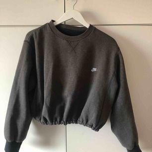 Vintage Nike sweatshirt med resår i midjan🔥 Säljer pågrund av att den inte används tyvärr. Köparen står för frakt🥰