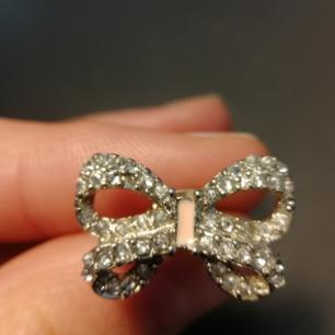 Säljer dessa fina örhängen formade som rosetter, med