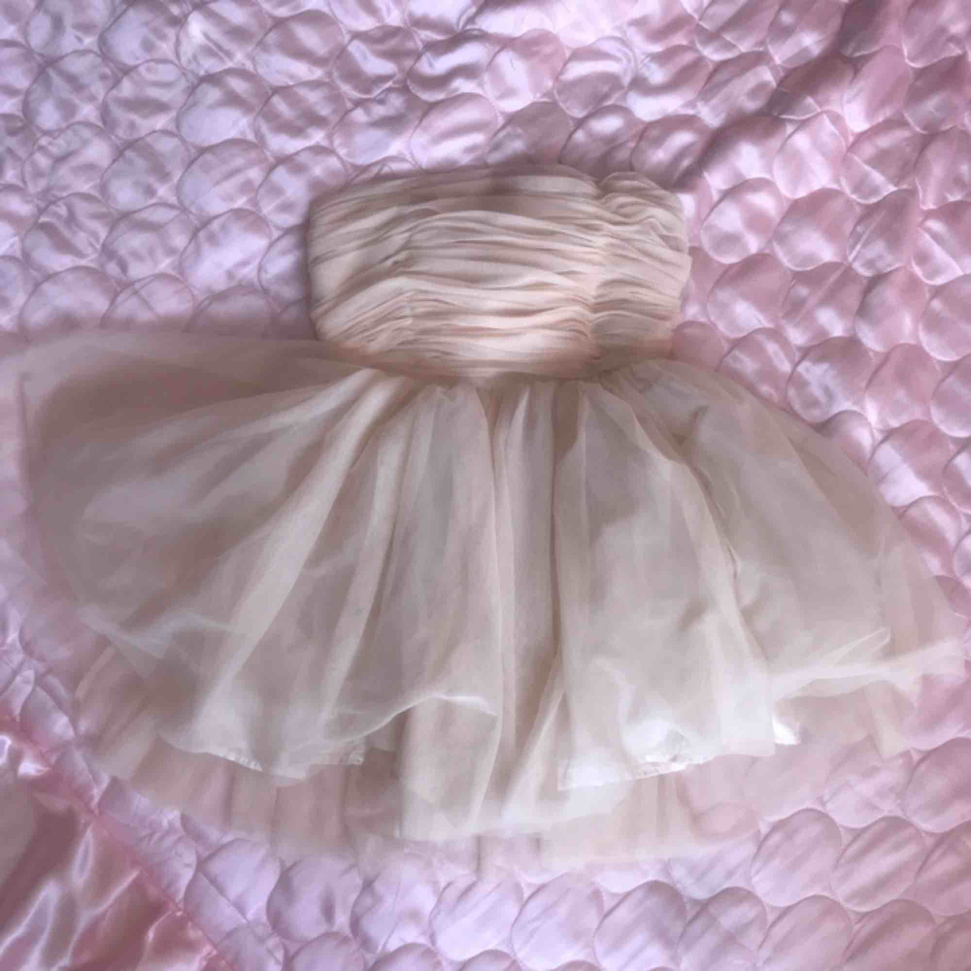 Drömmig ballerina klänning från forever 21! Strlk M står i men skulle säga att den är ganska liten i storleken så en 36/38! (Jag är en M och den passar preciiis) DMa för köp! Frakt el möts i Sthlm 💘. Klänningar.