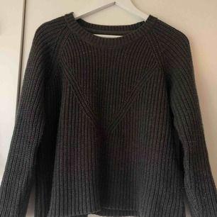 Mörkgrå stickad tröja från märket Jacqueline de Yong. Använd några gånger. Storlek M men passar även S, 50kr. Frakt tillkommer på 63kr.