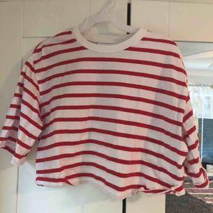 En fin röd randig tröja från monki i storlek S men passar mig som är xs.   Ej upphämtning