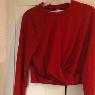 En fin röd tröja med en Knut längst ner.   Ej upphämtning