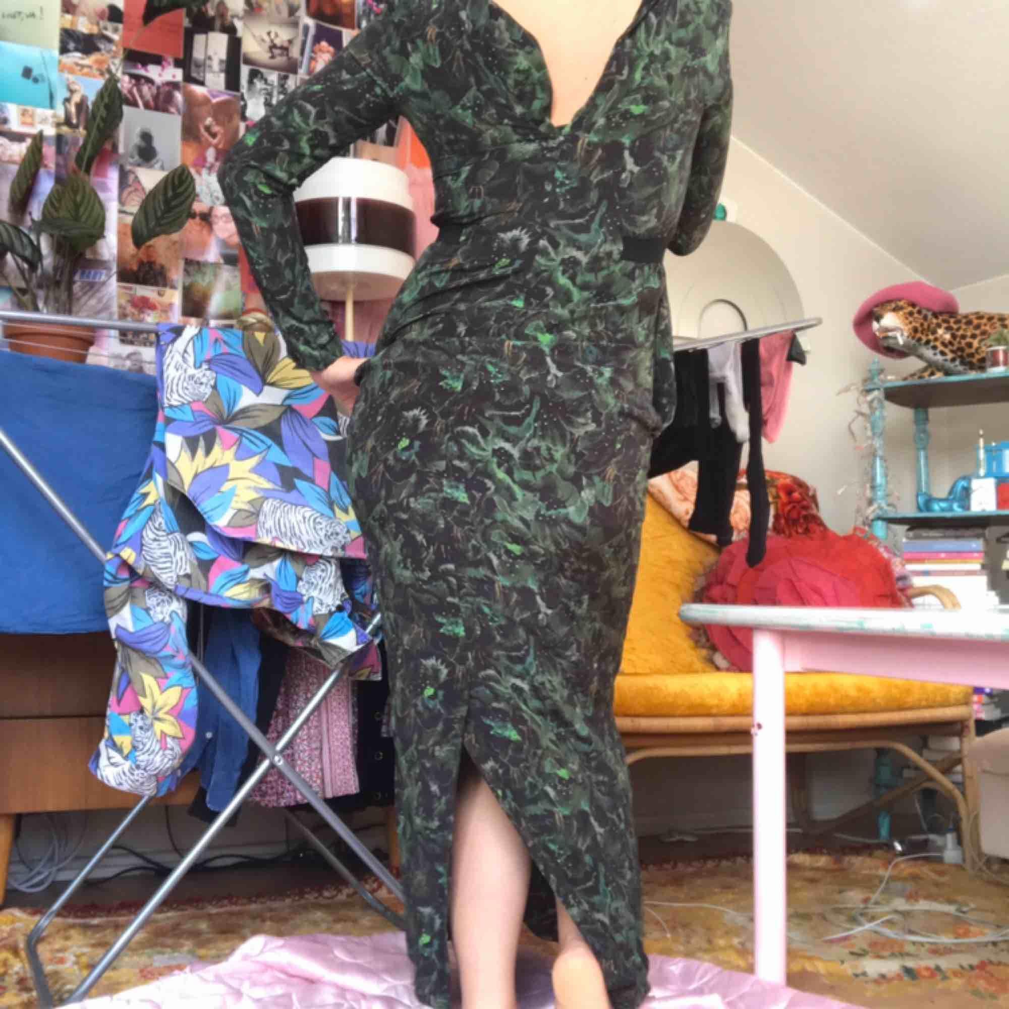 Fantastisk höstig Whyred Klänning i mörkgrönt blommigt mönster. Strk 36, nypris ca 2000:- Se bild 3 för lite sprucken i ryggen samt en uppläggning nertill som släppt (lätt fixat sy upp för hand) DMa för exakta mått. Frakt tillkommer! 🌲🌳🥦🥬👗 . Klänningar.