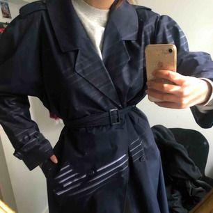 Säljer denna trenchcoat kappan köpt second hand i fin fint skick👌🏼  Den har en väldigt fin blå färg och ett snyggt skärp till🧚🏻♀️ Du står för frakt kompis
