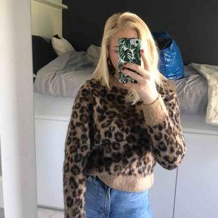 Stickad leopard tröja nästan oanvänd, frakt tillkommer🥰