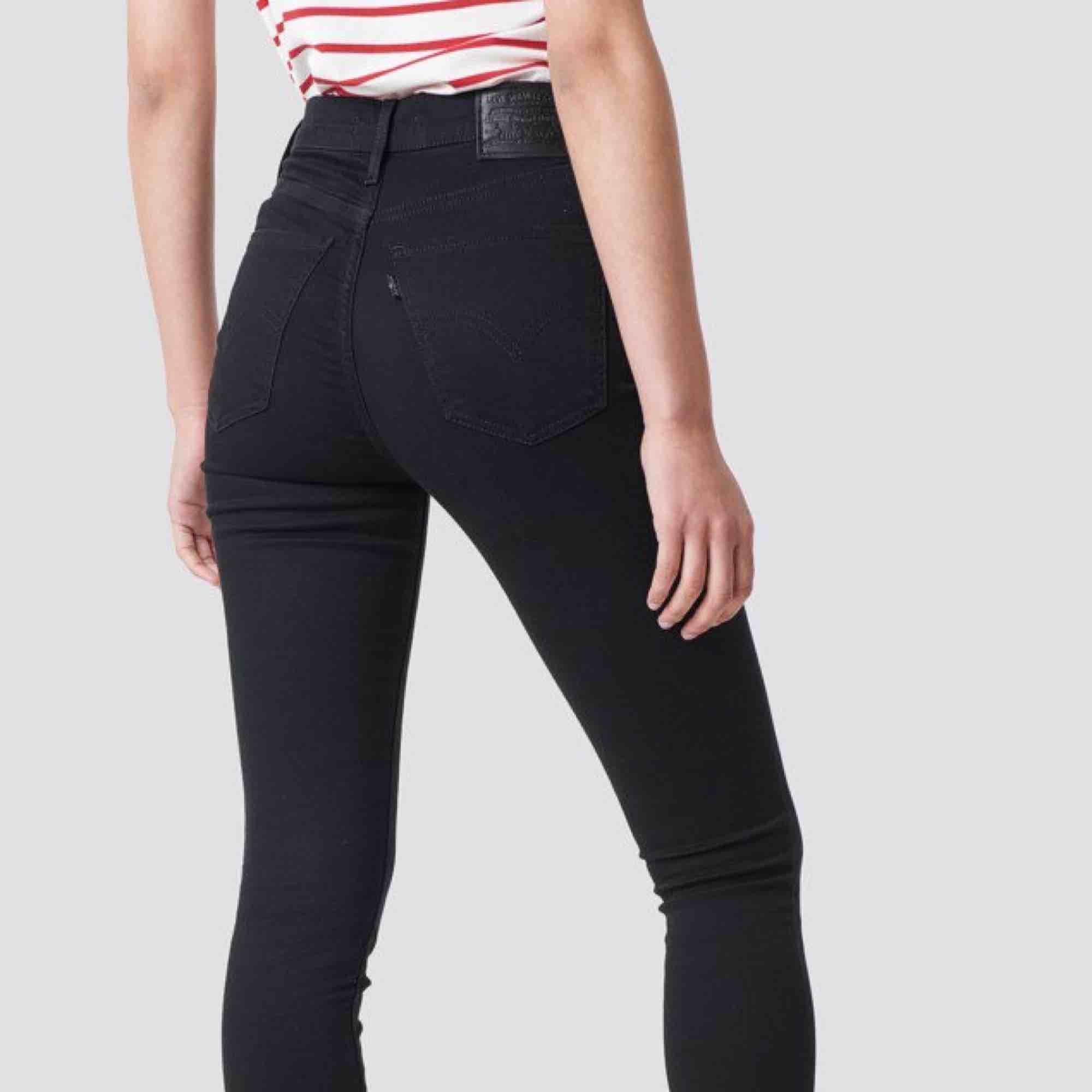 Mile high super skinny från Levi's. Storlek 24 i midjan och 32 i längden. Väldigt stretchiga och bekväma. Frakt ingår i priset och betalning sker via swish☺️. Jeans & Byxor.