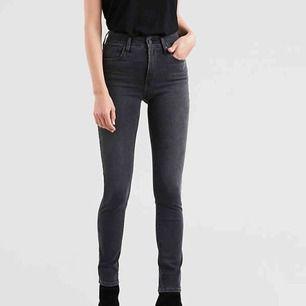 Snygga jeans från Levi's i modellen 721 high raise skinny. Lite gråsvarta i färgen. Frakt ingår i priset och betalning sker via swish☺️