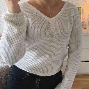 Säljer min fina sticlade tröja med V-neck fårn NAKD, nypris 300kr. Tröjan är i fint skick och väldigt sparsamt använd!