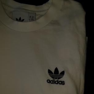 Adidas-t-shirt i storlek S! Budgivning i kommentarerna om det är flera som är intresserade; det blir lättast så 💖