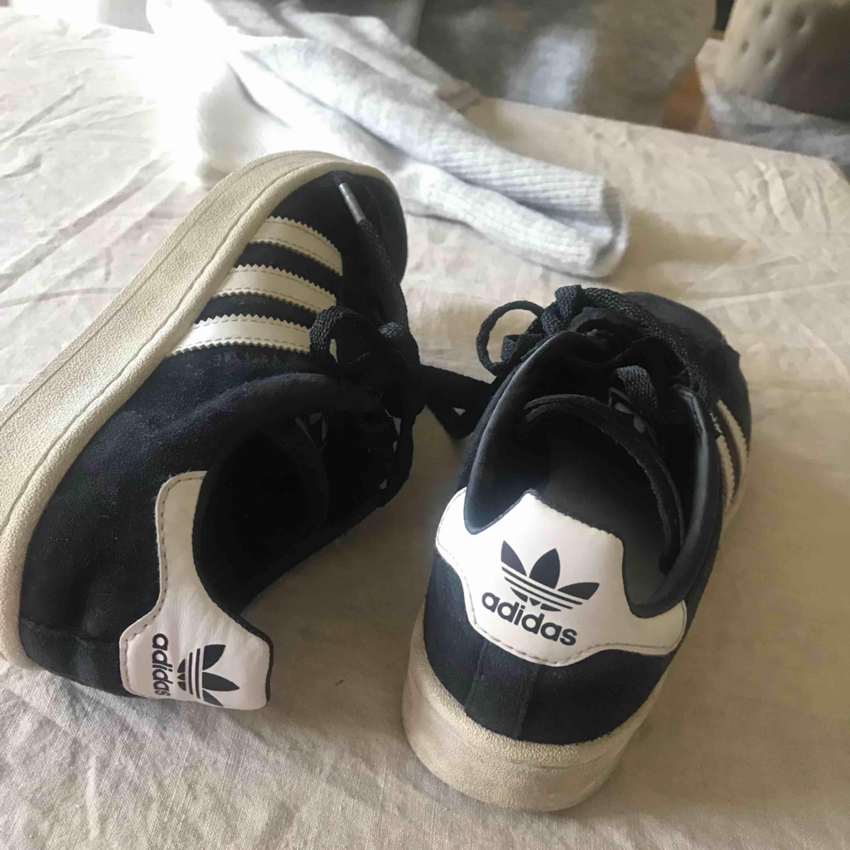 Svarta suede sneakers från adidas i bra skick. Storlek 39 1/3.  Nypris: 800kr, mitt pris: 150kr. Skor.