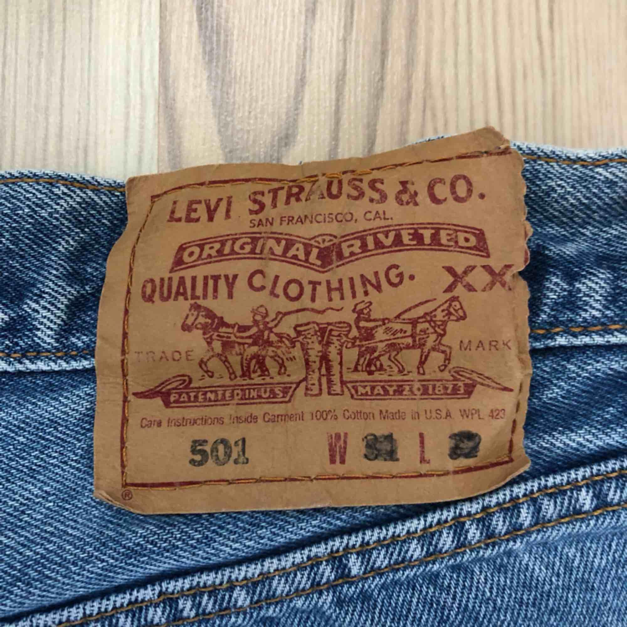 Säljer mina Levis 501 pga för liten storlek. Använda fåtal gånger. Frakt tillkommer. . Shorts.