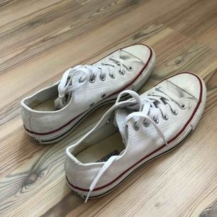 Vita låga Converse som är använda ca 5 gånger och är i VÄLDIGT bra skick. Frakt tillkommer.