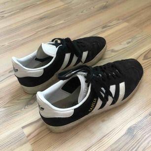 Svarta Adidas Gazelle i mocka, väl använda men fortfarande i bra skick.