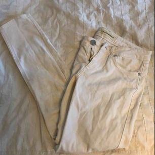 Vits jeans från won hundred säljes pga dom tyvärr blivit för små