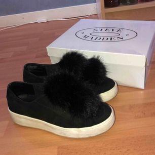 Superfina Steve madden sneakers med pälsbollar, säljes pga har för mycket skor. Fint skick! Matchar till ALLT⭐️ Strl 40 men passar även 39. Nypris; 1000kr på raglady i Göteborg. Möts helst upp!