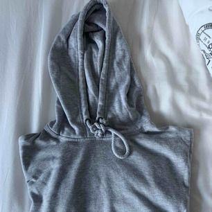 Avklippt hoodie från bikbok stl M. Passar dock S super. Självklart låna armar och snygg klippning