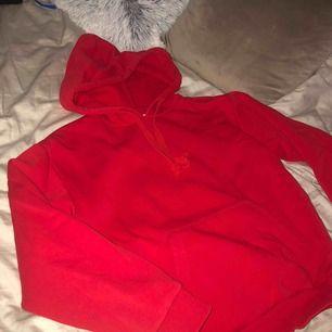 Röd hoodie från Na-kd, strl XXS men är lite oversize så passar även strl XS/S. Jättefint skick. Frakt ingår i priset!