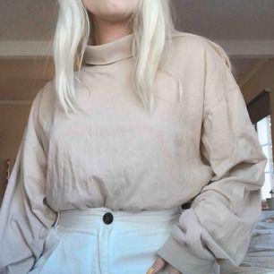 Beige polotröja i storlek XL, jag brukar ha den nerstoppad i byxorna passar de flesta beroende på hur du vill den ska sitta. Frakt är redan inkluderat