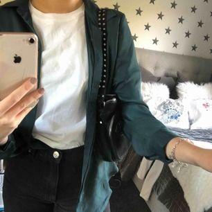 Skjorta med silkesmaterial, använd 2 ggr