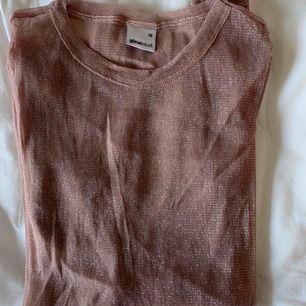 Genomskinligt glittrigt långärmad tröja från ginatricot