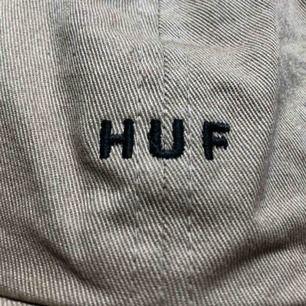 Keps från HUF.  Inte något fel på den!