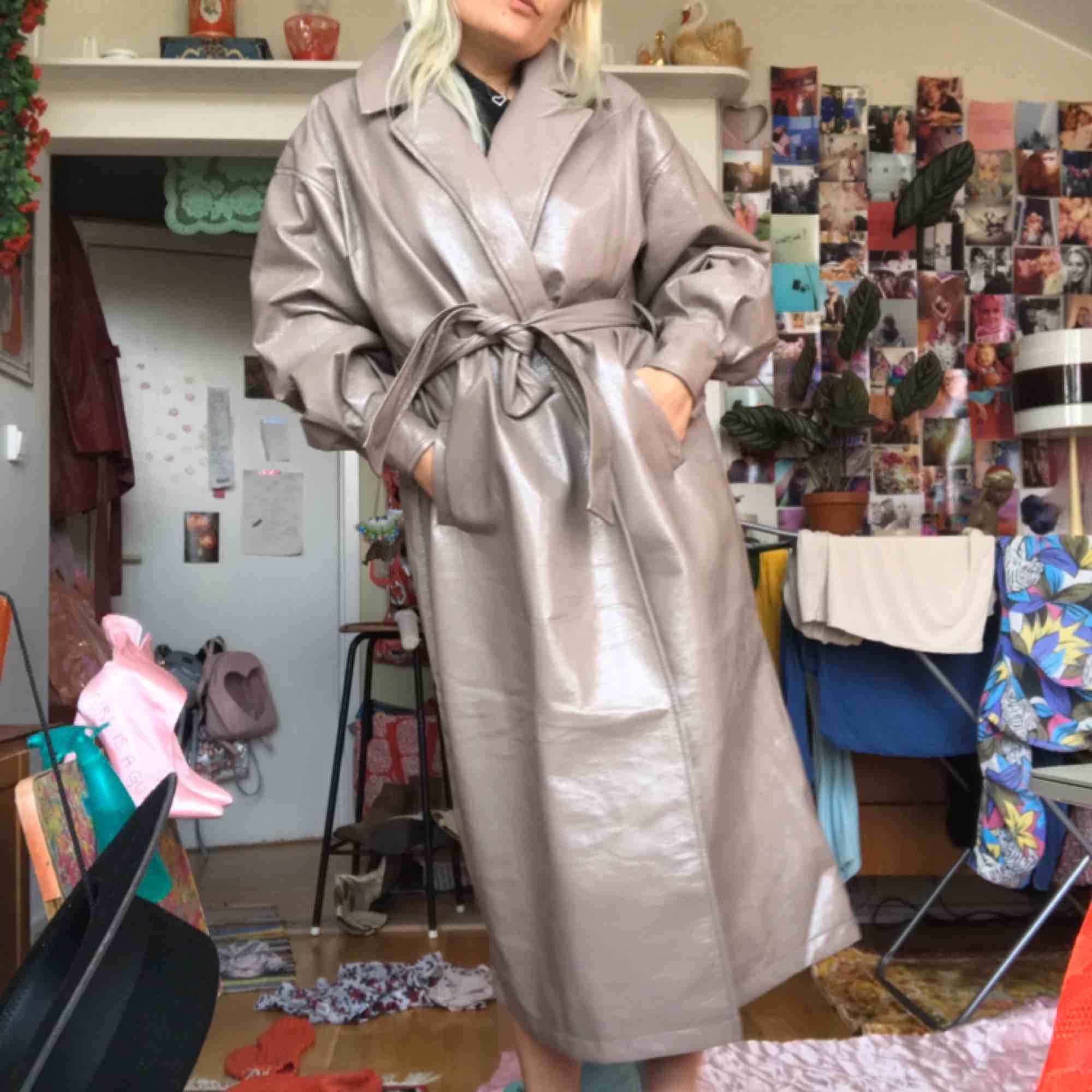 Nelly jubileum kollektions superfin trench coat i lack, slutsåld hos Nelly.com! Använd endast 1 gång. Nypris ca 900:- Storlek 38. DMa för köp, frakt tillkommer 💘 . Jackor.