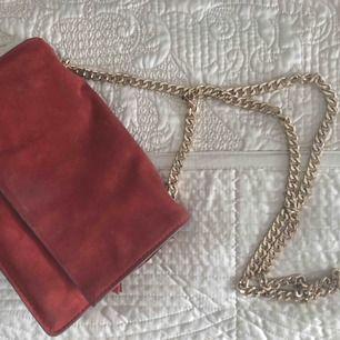 Väska köpt från zara, röd sammet med guld detaljer och kedja