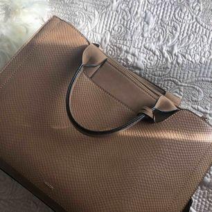 Väska köpt i ett köpcentrum i Berlin, one size, helt oanvänd och ny därav inga defekter eller fel.