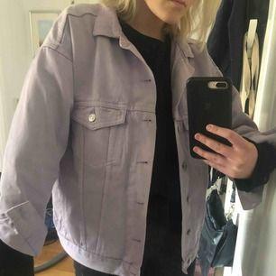 Såååå fin lila jeansjacka. Sitter relativt oversized på mig som är S. Möts upp i Stockholm.❤️