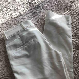 Vita kostym byxor köpta från ZARA, helt oanvända och nya därav utan några defekter/fel. passar XS/S dvs 34/36