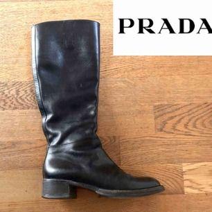 Boots från Prada. Använda men i mycket gott skick! I äkta, svart läder. Skickar gärna fler bilder vid intresse.  Liknande boots på Pradas hemsida kostar mellan 8000-9500kr.. +Frakt 80kr🦋