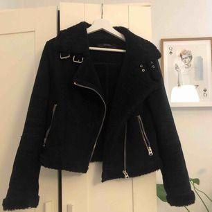 Ball och trendig jacka från Zara. Sparsamt använt! Köparen står för frakten💛 väldigt många som är intresserade och därför kör vi på budgivning, priset ligger nu på 250kr!