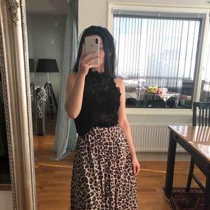 Leopard kjol passar XS/S, så gott som ny, fint skick utan defekter/fel