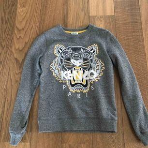 Säljer en Kenzo tröja som är i perfekt skick och har bara används några gånger. Det är i damstorlek XS. Ordinarie pris: 1900kr Säljes för 800kr. Finns att hämta på Lidingö.