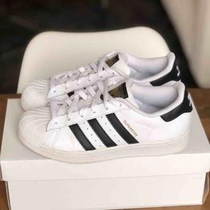Svart/vita Adidas Originals Superstar, storlek 35,5 (UK 3). Bra skick förutom lite skador på insidan av hälen (se bild 2) samt lite smutsiga främst på undersidan, inget som syns eller märks av. Frakt kostar 63kr extra. ❕Fraktar endast❕
