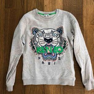 Säljer en Kenzo tröja i perfekt skick som bara är använd några gånger. Inköpt på NK. Tröjan är i storlek XS i damstorlek.  Ordinarie pris: 1900kr Säljes för 800kr. Finns att hämta på Lidingö.