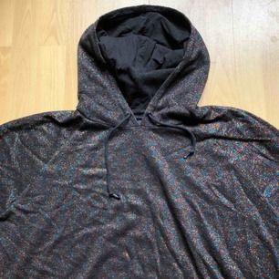 Glittrig croptop hoodie från Monki!  Lite baggy så passar större storlekar också!