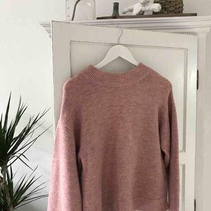En rosa stickad tröja från Gina tricot, öppen i ryggen och en rosett i nacken. Använd ca 5 ggr.