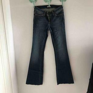 Ett par oanvända jeans från hunkydory köpta för ca 1000kr, bootcut och ganska högmidjade. storleken står inte men är lagom till mig som är ca 167,5 cm lång.