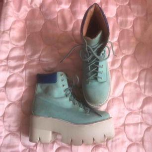 Jeffrey Campbell platå skor blå med vit sula! Storlek 38 (åt det större hållet) och klacken är väldigt lätt i vikt. DMa för köp, frakt tillkommer (ca 80:-) alternativt möts vi upp i Stockholm!