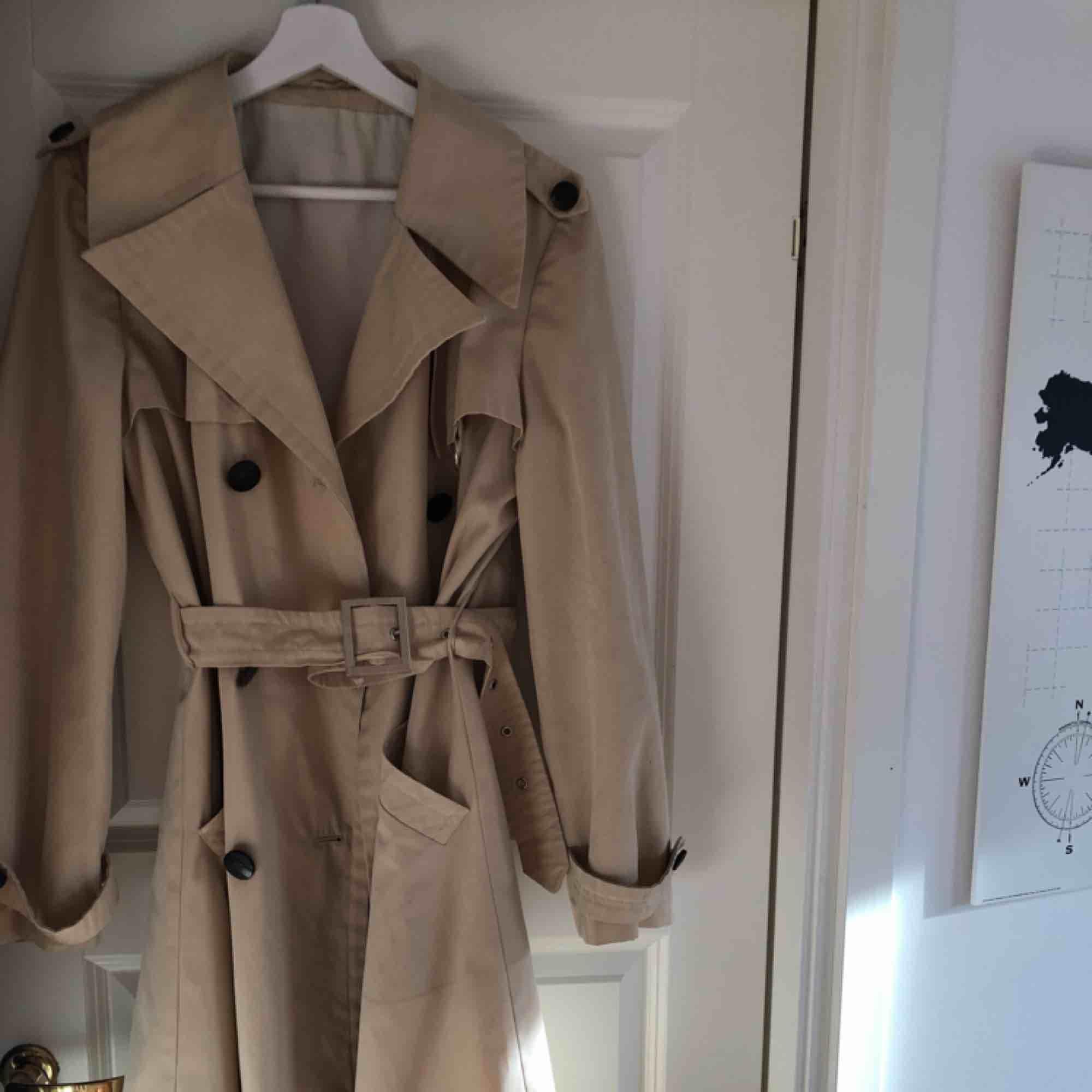 Trenchcoat från Diolen cotton. Snyggt bälte och de finns extraknappar:). Jackor.