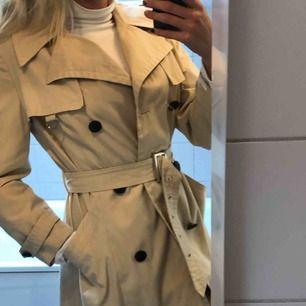 Trenchcoat från Diolen cotton. Snyggt bälte och de finns extraknappar:)