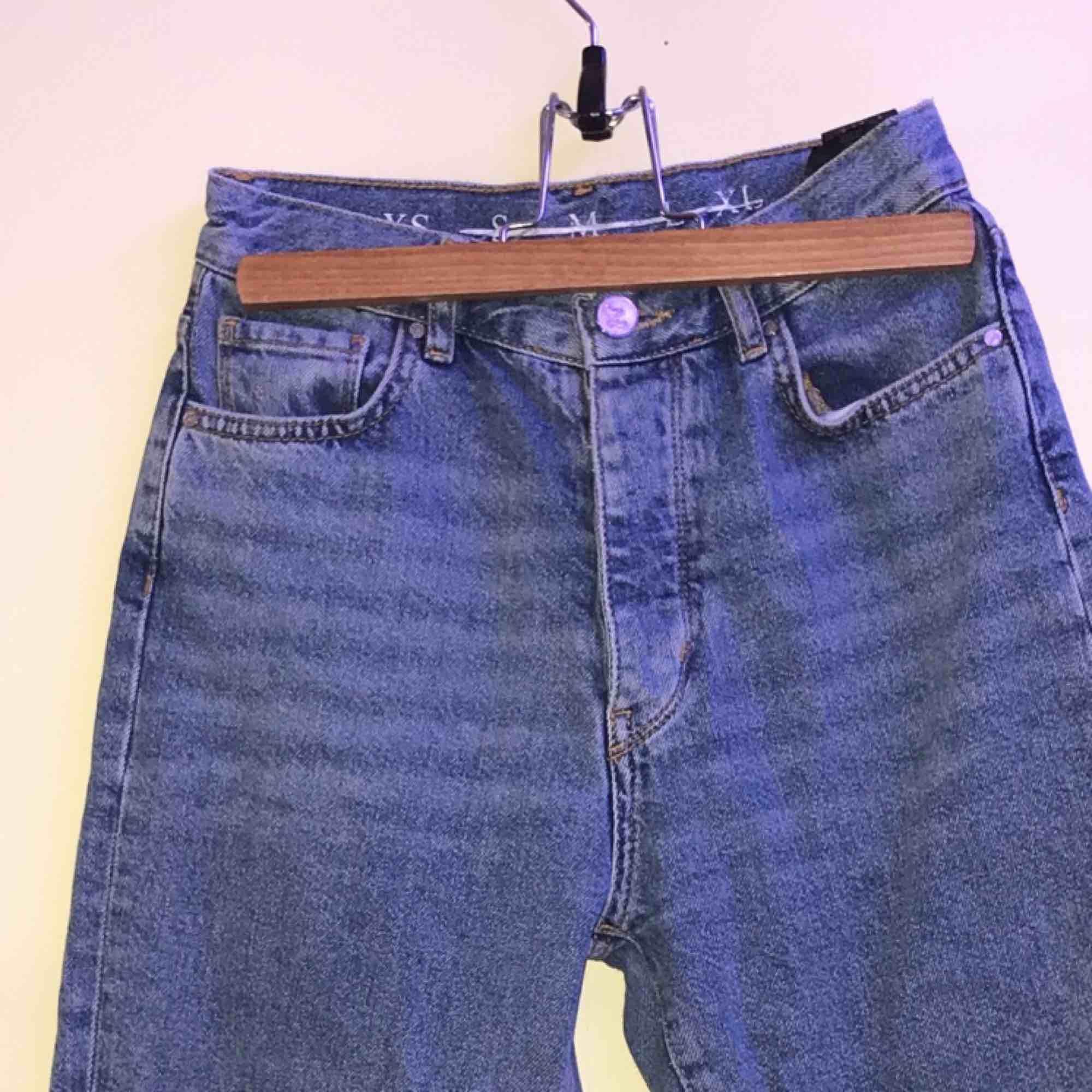 jättefina mom-jeans från bikbok i storlek xs 🤧💞 , små i storleken , har knappar i gylfen. använda ett flertal gånger, men de ser nya ut, även högmidjade🦋✨ . Jeans & Byxor.
