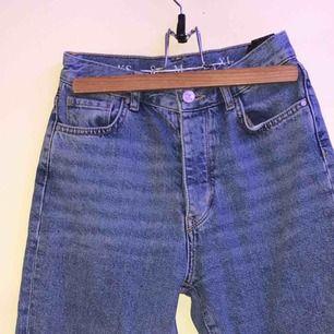 jättefina mom-jeans från bikbok i storlek xs 🤧💞 , små i storleken , har knappar i gylfen. använda ett flertal gånger, men de ser nya ut, även högmidjade🦋✨
